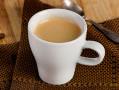 Cafe crema en taza blanca