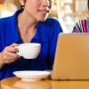 Chica tomando cafe con ordenador