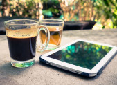 Cafe y te en terraza con tablet