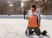 Chico tomando cafe hockey sobre hielo