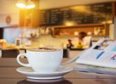 Cafe con leche con cafeteria de fondo