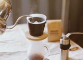Preparando cafe en una cafetera pour over