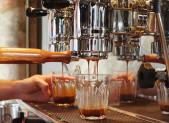 Sirviendo cafe en maquina de cafe