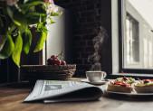 Cafe con uvas y tostadas